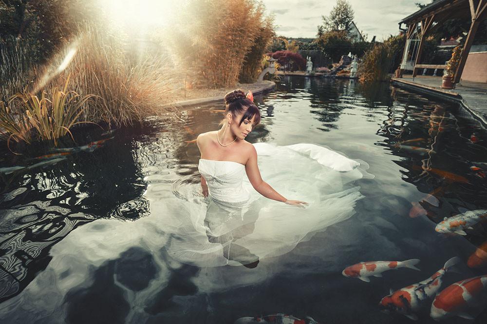 Trash the Dress im Koi Teich