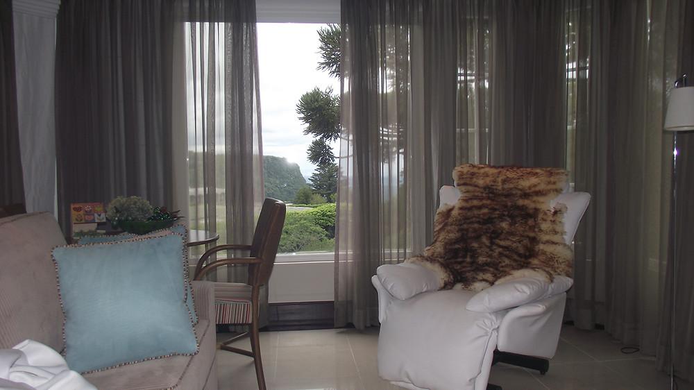 E, em todos esses ambientes, a cortina será um item de destaque. A cortina da sala, a cortina do quarto do bebê, a cortina do quarto do casal, a cortina da cozinha... Todas eles devem estar de acordo com o clima que quer se atingir naquela peça da casa.