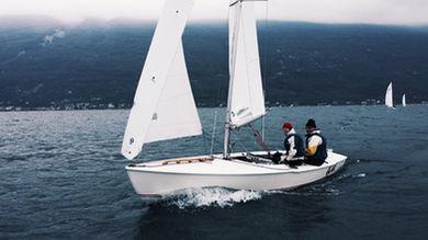 Barca a vela sul lago di garda brenzone