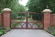 Cairns gates with pillars.JPG