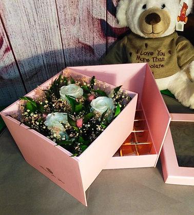 Композиция с белыми розами в коробке -конфетнице