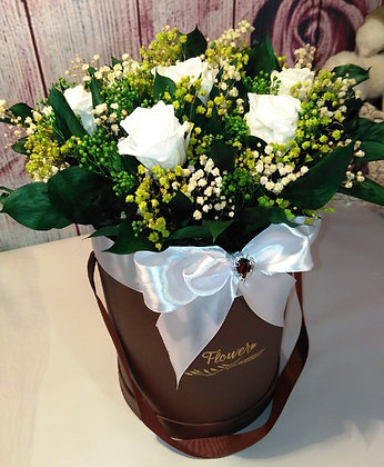 Композиция из цветов в кожаной коробке