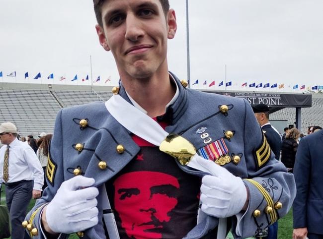 Κομμουνιστής ανθυπολοχαγός «γλεντάει» τον αμερικανικό στρατό!