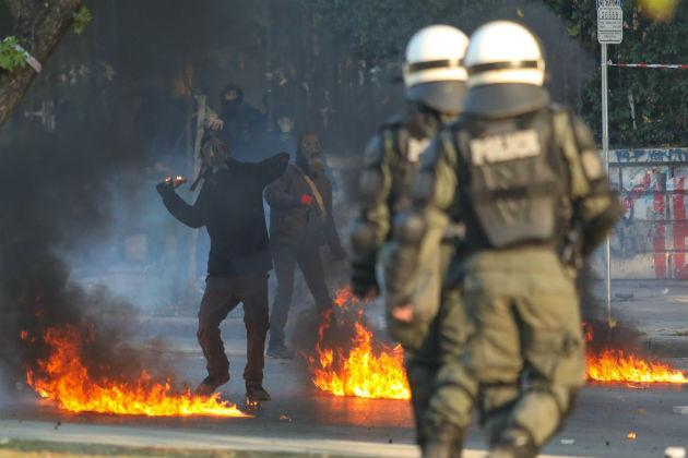 Μπάτσοι χτυπούν ακινητοποιημένους διαδηλωτές στις χθεσινές κινητοποιήσεις