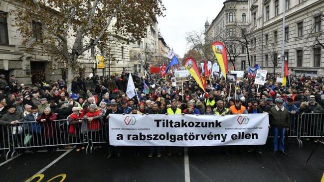 «Νόμο σκλάβων» με 400 υπερωρίες τον χρόνο ετοιμάζει η ουγγρική κυβέρνηση