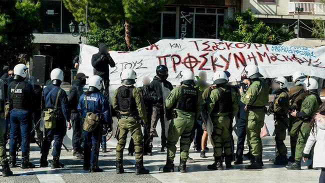 Τα ΜΑΤ προστάτευσαν φασίστες και χτύπησαν διαδηλωτές στην Καλλιθέα