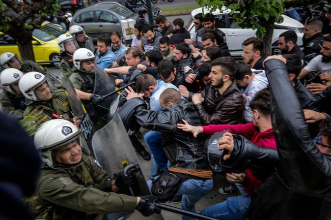 Ξύλο ΜΑΤ σε διαδηλωτές στο αντιπολεμικό συλλαλητήριο