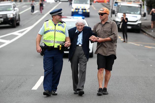 95χρονοςβετεράνος του Β' Π.Π.σε πορεία κατά του ρατσισμού στη Ν. Ζηλανδία