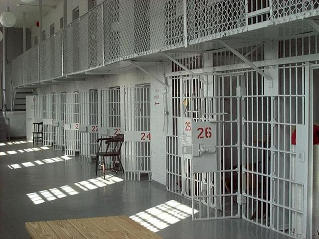 Τα Χριστούγεννα στις φυλακές δεν έχουν λαμπάκια και γλυκά, αλλά θανάτους και αυτοκτονίες..