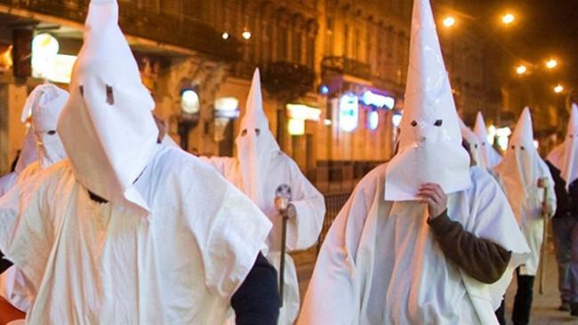 Πέντε άτομα με λευκές κουκούλες έβγαλαν με πένσα δόντια Αφρικανού στην Κύπρο