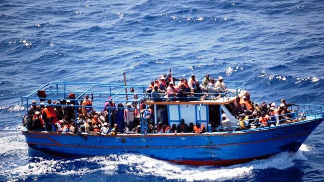 Με απειλή όπλου εξανάγκασαν 33 πρόσφυγες να πηδήξουν στη θάλασσα και πνίγηκαν