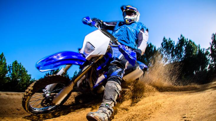 Trem em alta velocidade quase atropela motociclista, confira!