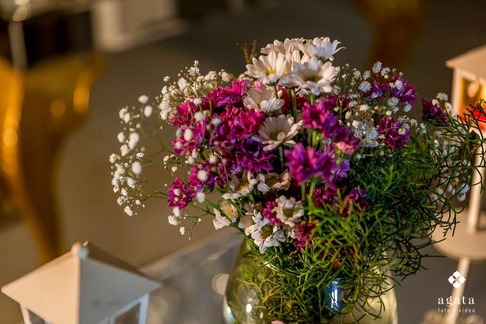 Flores de campo na mesa