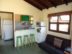 Cozinha completa para uso.