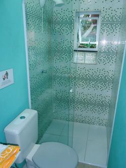 Box de blindex, ducha com controle de temperatura eletrônico.