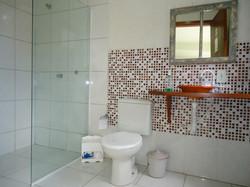 Banheiro térreo em área social.