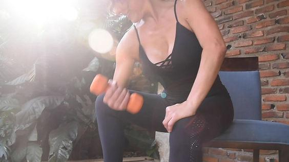 Mujer haciendo pesas y planchas