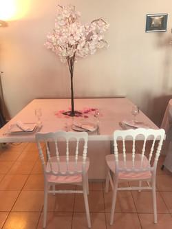 chaise_Napoléon_blanche_table_plexie