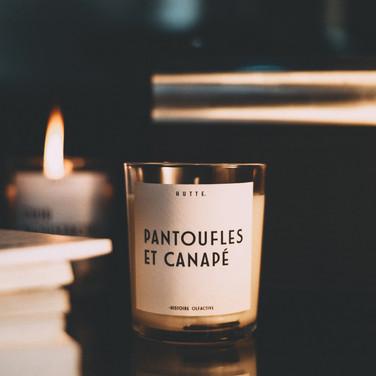 PANTOUFLES ET CANAPÉ