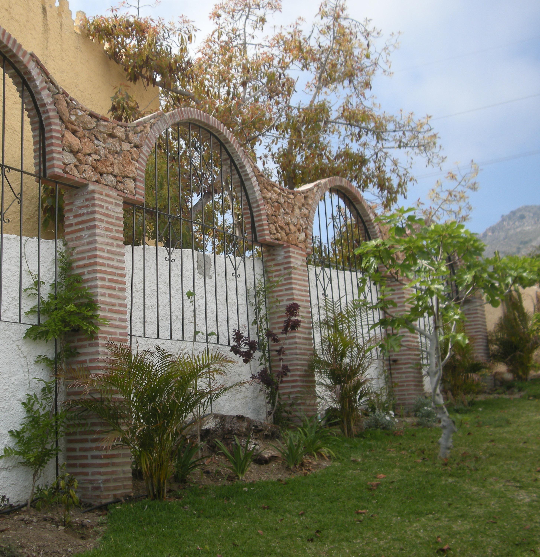 Arches in Garden - Jardin con Arcos
