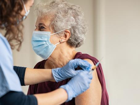 ¿Cómo puedo informar y promover la vacunación contra COVID-19 entre mis pacientes?