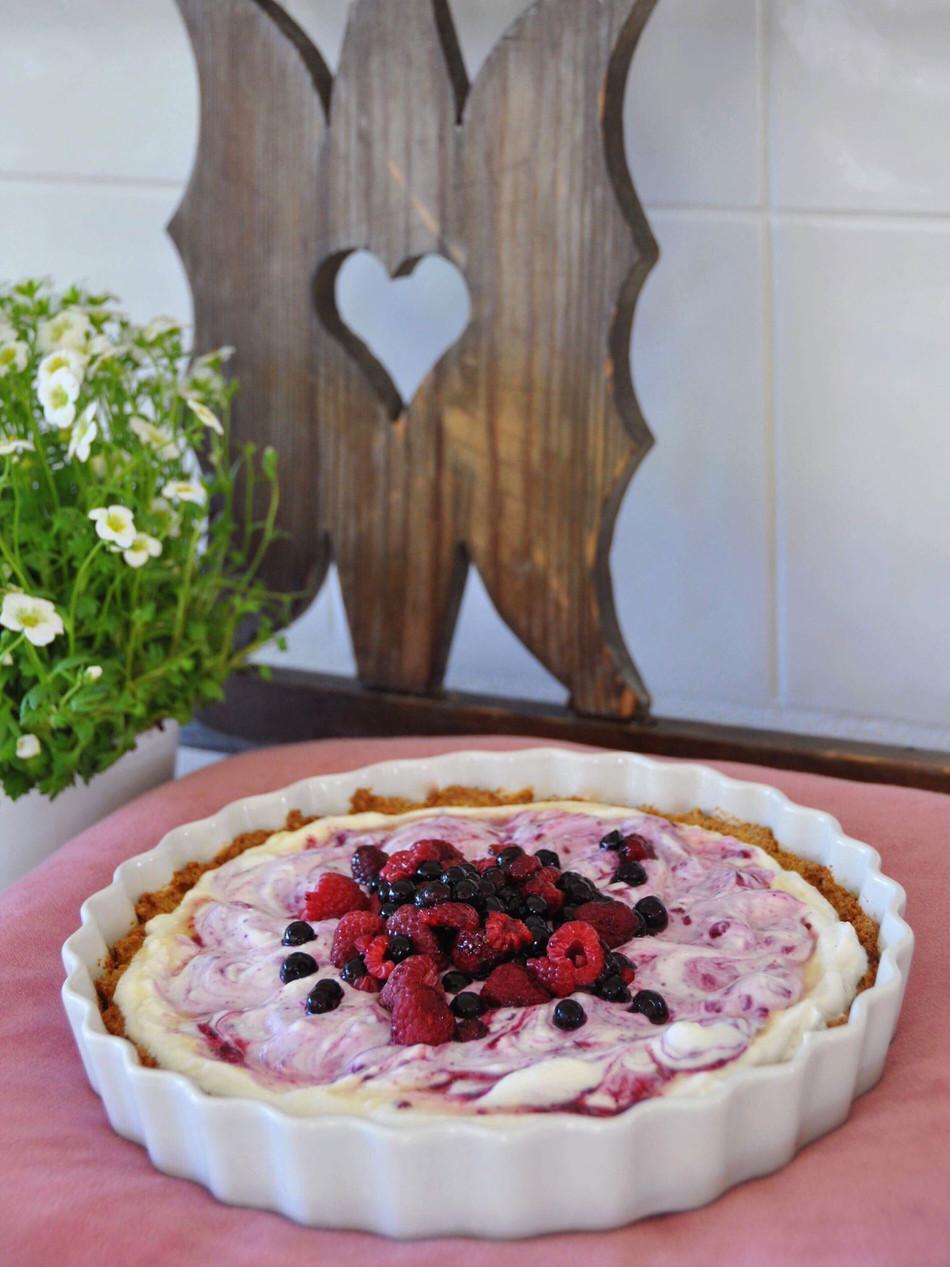 Berry-Yogurt Pie with Oat-Base