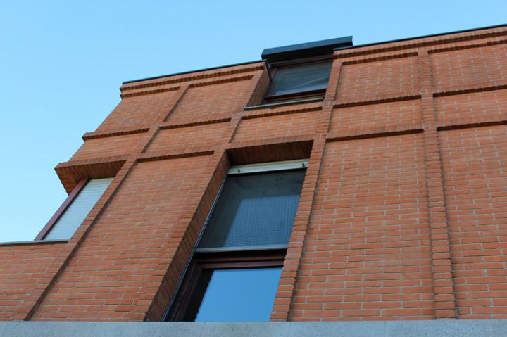 Angolo edificio mattone a vista