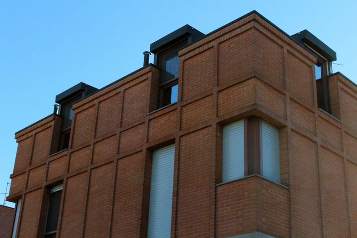 Cornicioni edificio mattone a vista