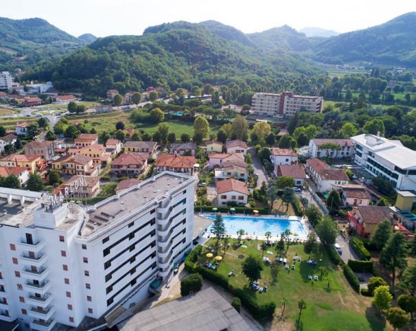 Vista hotel e piscina