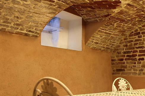 Seminterrato con arcate e finestra