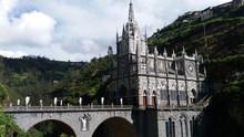 Atravessando a fronteira Equador/Colômbia e conhecendo o Santuário Las Lajas em Ipiales.