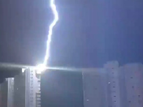Vidéo. La foudre touche un immeuble en Espagne