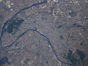 Paris, sous le ciel bleu, vue de l'espace !
