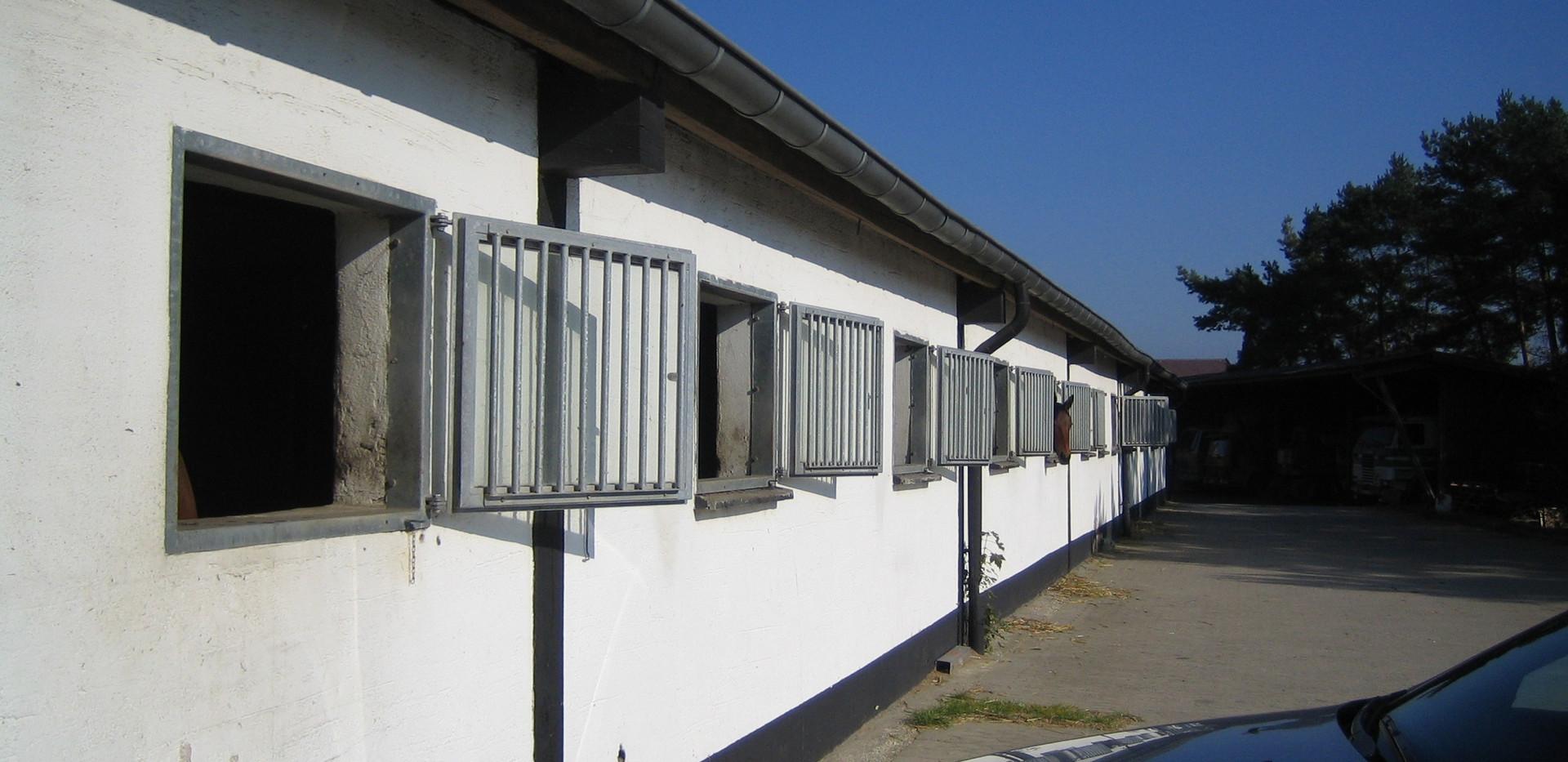 Fensterboxen an der alten Halle