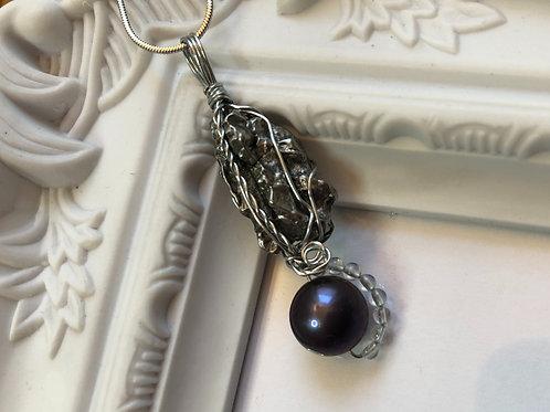 隕石と孔雀色の淡水パ-ル、天然水晶のペンダント