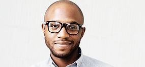 Mann mit schwarzer Rahmen Brille