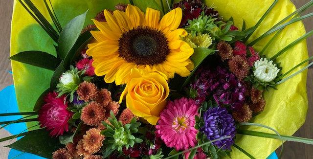Bouquet estival coloré fleurs de saison