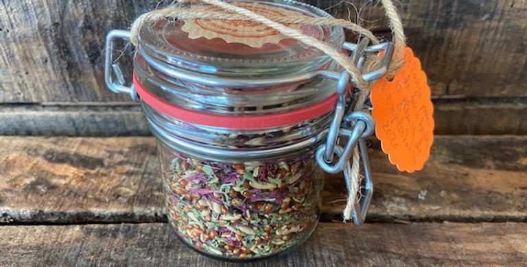 Mélange de graines, herbes et fleurs comestibles pour salade