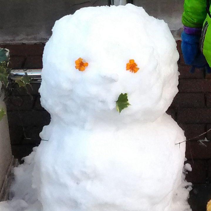 保育園前の雪だるま