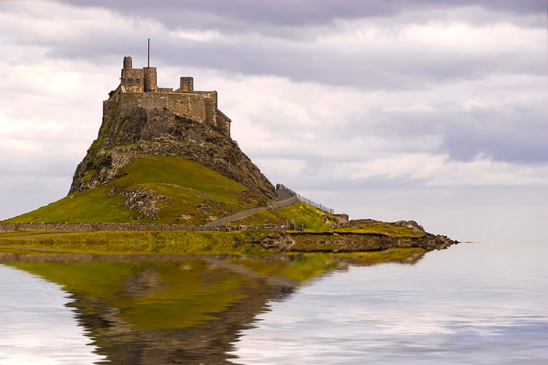 holy-island-of-lindisfarne-lindisfarne-castle-in-holy-island-harbour