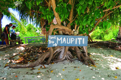 Lagoon-tour-in-Maupiti-French-Polynesia-arriving-on-motu-for-lunch