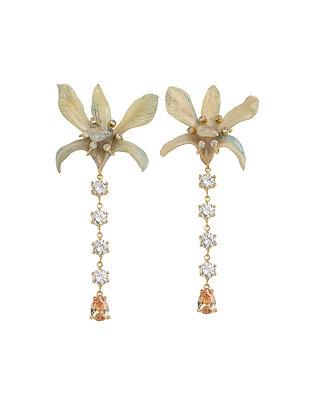 Aretes Dorados Orquídea Crema