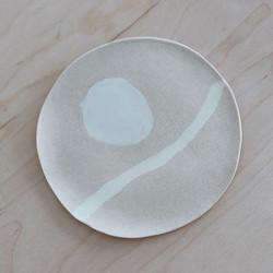 어디에나 잘 어울리는 내추럴한 스타일의 접시. 자연에서 영감을 얻은 나만의 패턴으로 열심히 만들고 있음