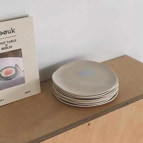 접시의 가장자리는 아주 올라오지도 플랫하지도 않게. 원형의 모양은 일부러