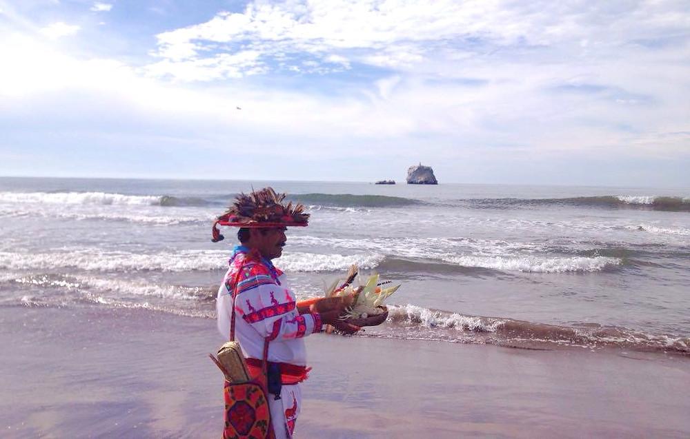 Es el mar de Nayarit, el lugar más antiguo del universo. Según los huicholes, aquí nacieron los dioses, en el fondo de las corrientes marinas. En un tiempo de oscuridad iluminada únicamente por la luz de la luna y luego de deambular en el mar salieron a la tierra por una cueva ubicada cerca de la playa e iniciaron su peregrinar a los lugares sagrados. Es el territorio de Tatéi Haramára, la Diosa del Mar, su morada consiste en dos peñas blancas -color adquirido por el guano de las aves- cercanas a la playa. Allí llegan los mara'akate (chamanes) a realizar rituales, dejar ofrendas y recoger el líquido precioso con los numerosos recipientes que llevan. En Haramaratsie también se encuentra el inframundo donde habitan los difuntos en forma de moscas o insectos.