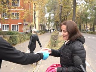 Члены Общественной палаты вручали людям на улице маски и призывали беречь здоровье