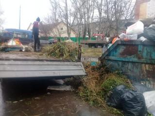 Контейнерную площадку у жилых домов завалили мусором