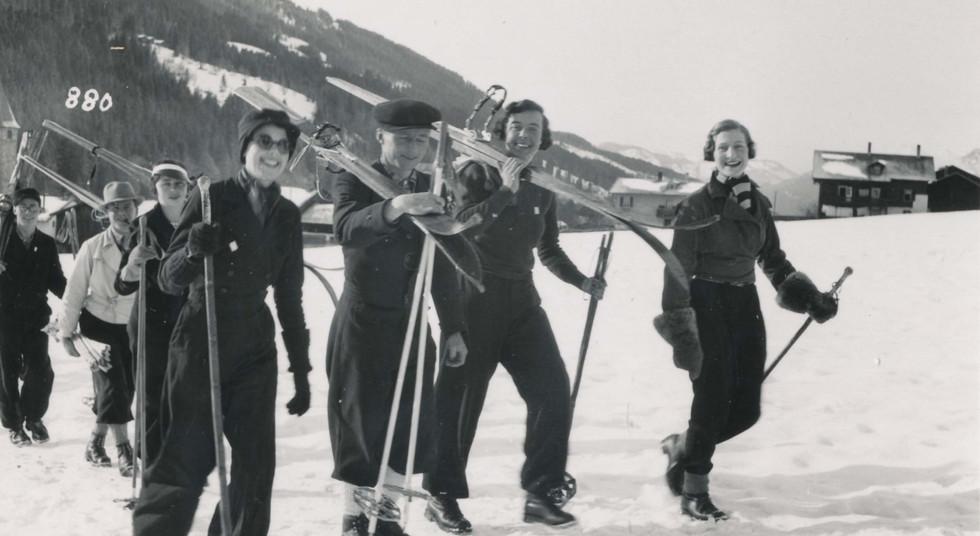 Winter Skifahrer im Dorf