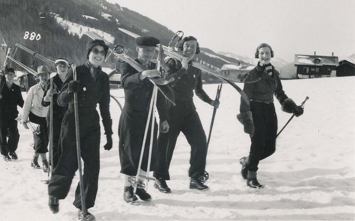 Winter Skifahrer im Dorf.jpg