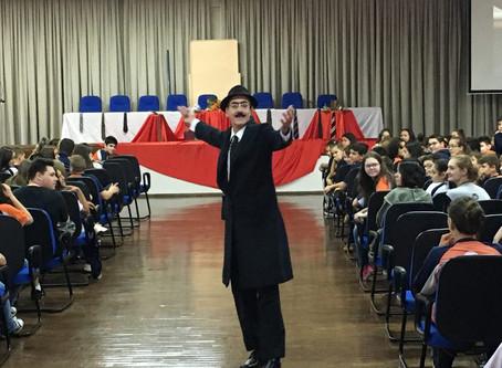 """Escola da URI abriu o Projeto """"A Hora da Leitura"""" com a performance """"Eu, Pessoa e os Outros Eus"""""""
